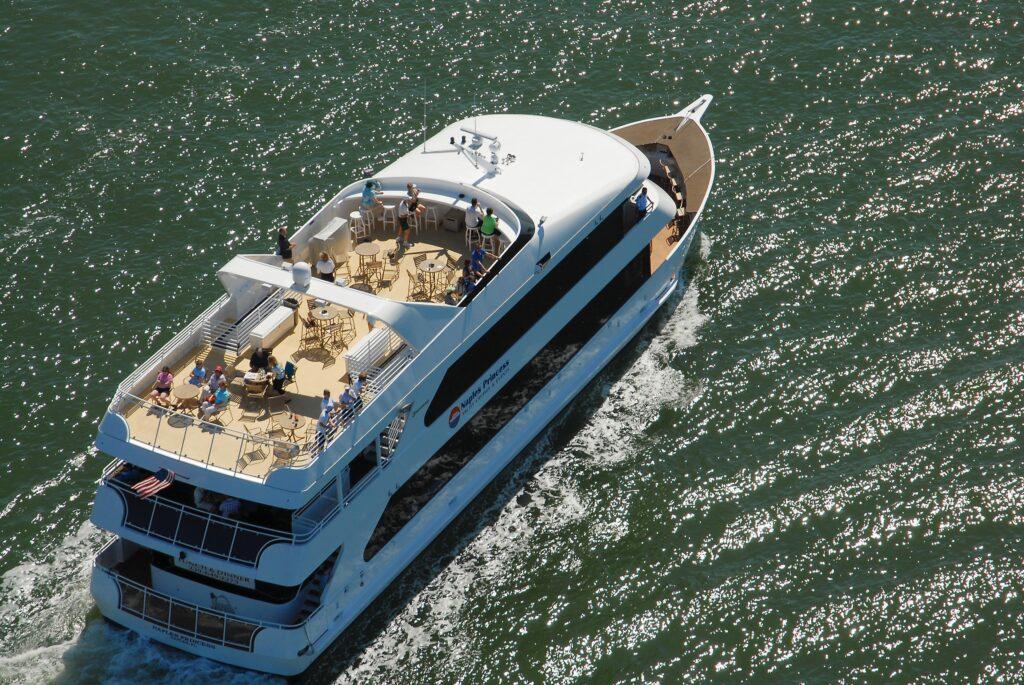 Naples Princess offre aux passagers une vue majestueuse sur la baie de Naples et la possibilité de voir les maisons de plusieurs millions de dollars de l'historique Port Royal. NAPLES, ÎLE MARCO, EVERGLADES CVB