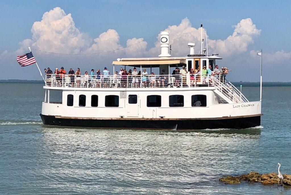 Lady Chadwick, un bateau à deux étages de 65 pieds de long, accoste à la marina de McCarthy ou à la marina de South Seas Island Resort et offre une vue sur les îles entourant Captiva. MARY THURWACHTER / FLORIDE HEBDOMADAIRE
